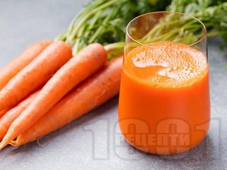 Здравословен витаминозен фреш от моркови, ябълки и джинджифил - снимка на рецептата